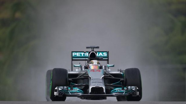 hamilton-Mercedes-GP-Malaisoe-pole-2014