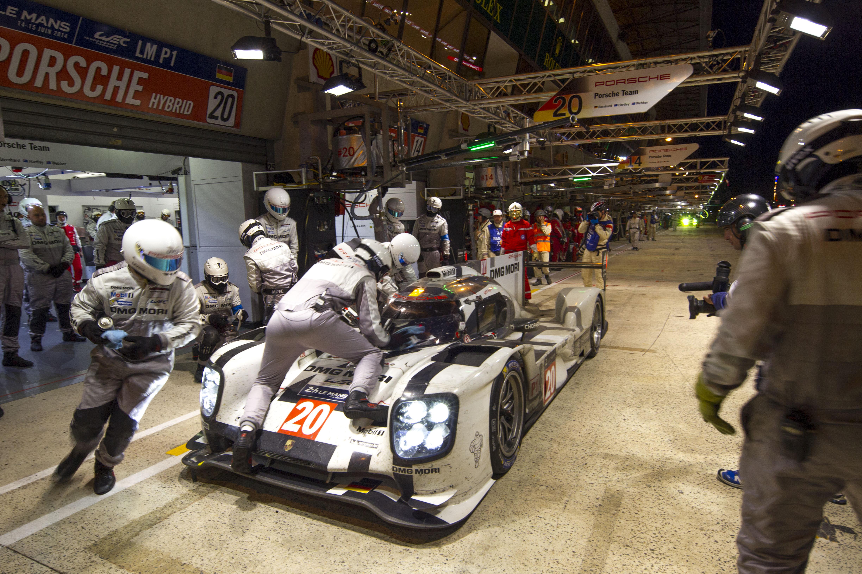 24 heures du mans 2014 porsche 919 hybrid night pit lane les voitures - Garage volkswagen le mans ...