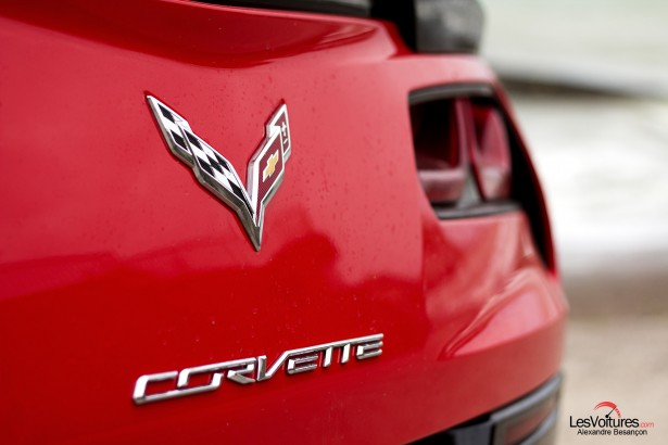 essai-test-drive-chevrolet-chevy-c7-stingray-normandy-2014-Spirit-of-1944-detail-logo