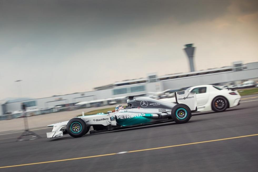 """Vidéo : la F1 W03 Mercedes """"s'envole"""" lors d'une Drag Race !"""