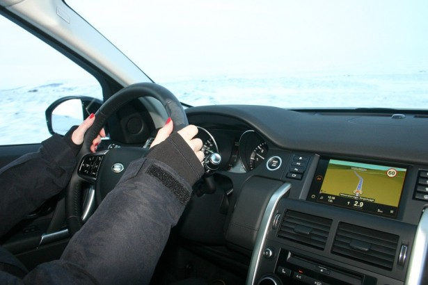 Essai- Land-Rover- Discovery-Sport- Charlotte-au-volant
