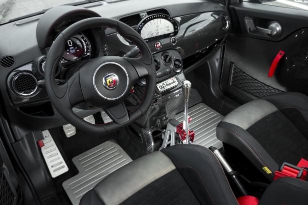 abarth 695 biposto tout d une supercar mais en plus petit les voitures. Black Bedroom Furniture Sets. Home Design Ideas