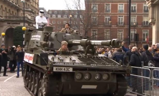 Top Gear UK : The Stig débarque en tank à la BBC pour remettre la péti...
