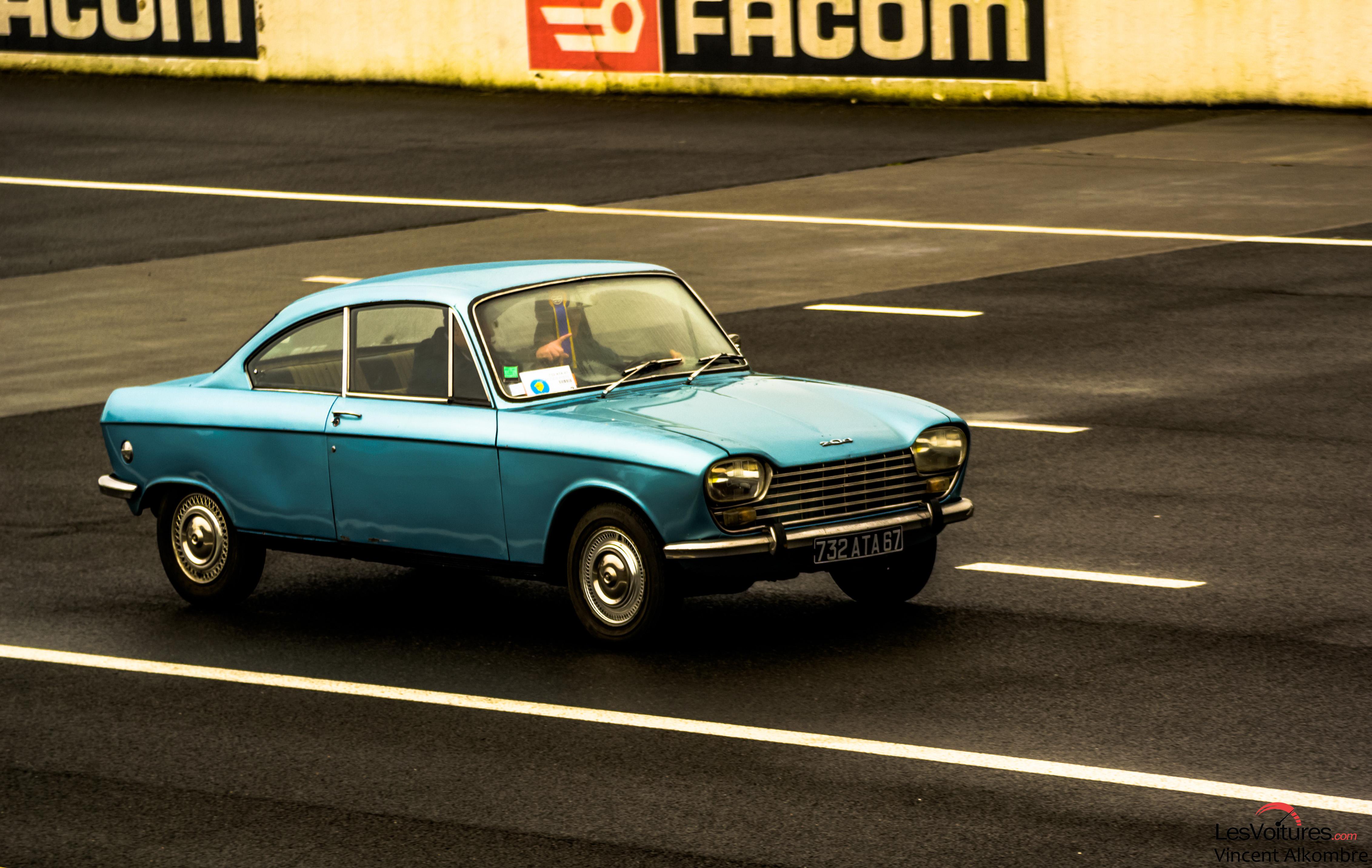 Peugeot 204 La F 234 Te Continue Sur L Autodrome De Linas