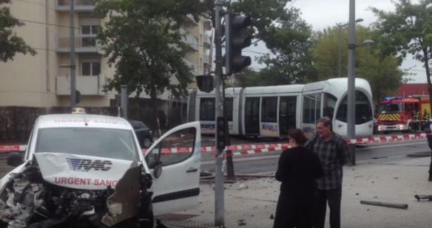Lyon : accident entre un tramway et une voiture (vidéo)