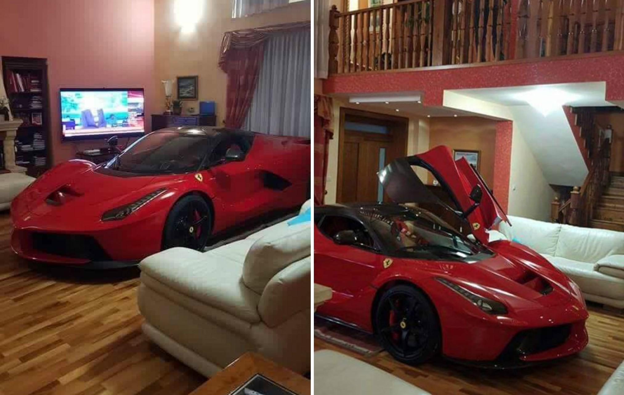 Ferrari laferrari en belle table basse les voitures for Decoration interieur voiture