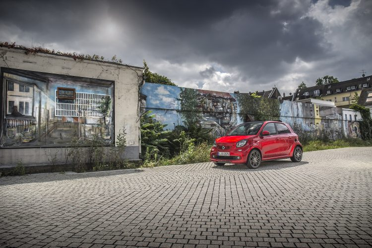 smart BRABUS forfour; Exterieur: cadmium red; Xclusive Kraftstoffverbrauch kombiniert: 4,6 l/100 km; CO2-Emissionen kombiniert: 104 g/km; exterior: cadmium red; Xclusive fuel consumption combined: 4.6 l/100 km; CO2 emissions combined: 104 g/km