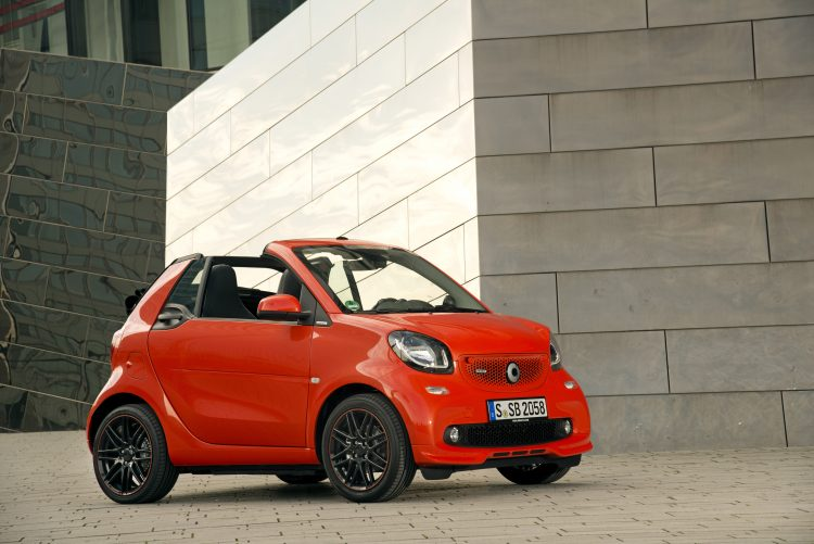 smart BRABUS fortwo cabrio; Exterieur: sunrise orange; Xclusive Kraftstoffverbrauch kombiniert: 4,6 l/100 km; CO2-Emissionen kombiniert: 104 g/km; exterior: sunrise orange; Xclusive fuel consumption combined: 4.6 l/100 km; CO2 emissions combined: 104 g/km