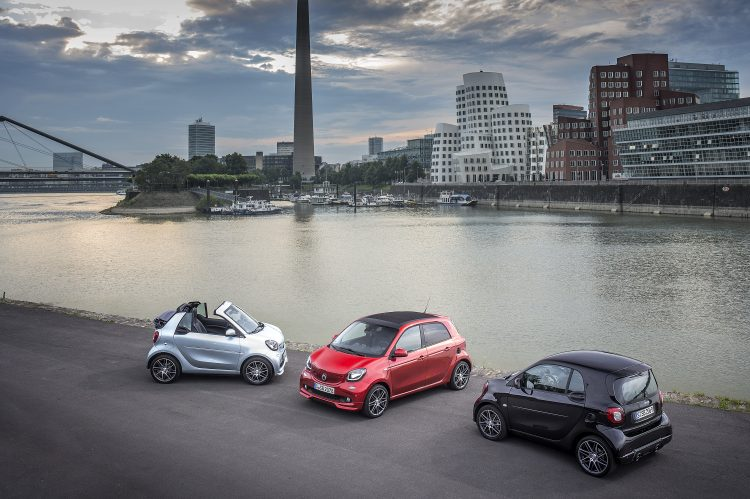 BRABUS Press Test Drive 2016; smart BRABUS fortwo cabrio; Exterieur: caribbean blue; Xclusive Kraftstoffverbrauch kombiniert: 4,6 l/100 km; CO2-Emissionen kombiniert: 104 g/km;smart smart BRABUS fortwo; Exterieur: black; Xclusive; fuel consumption combined: 4.5 l/100 km; CO2 emissions combined: 102 g/km, smart BRABUS forfour; Exterieur: cadmium red; Xclusive Kraftstoffverbrauch kombiniert: 4,6 l/100 km; CO2-Emissionen kombiniert: 104 g/km;