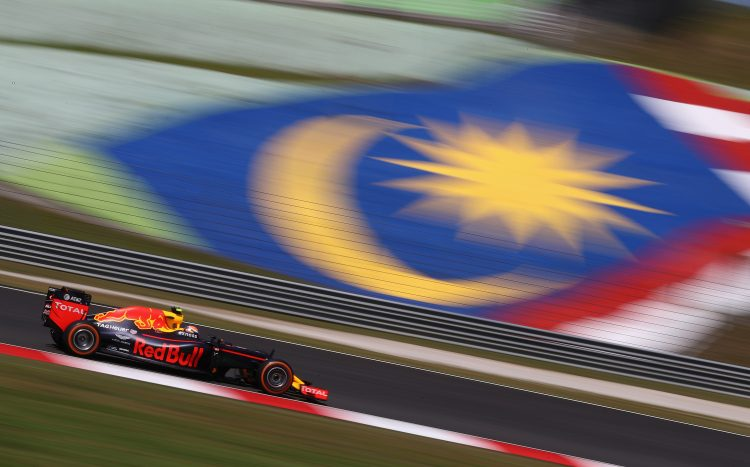 KUALA LUMPUR, MALAYSIA - SEPTEMBER 30: Max Verstappen of the Netherlands driving the (33) Red Bull Racing Red Bull-TAG Heuer RB12 TAG Heuer on track during practice for the Malaysia Formula One Grand Prix at Sepang Circuit on September 30, 2016 in Kuala Lumpur, Malaysia. (Photo by Clive Mason/Getty Images)