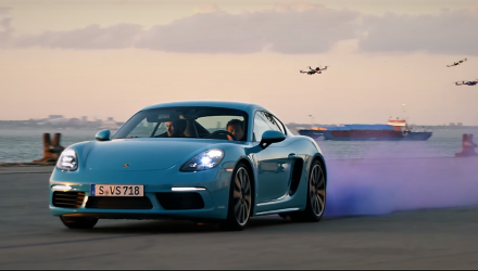 video-porsche-718-cayman-vs-drones
