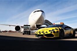 video-lamborghini-huracan-airport-emirates-boing-777
