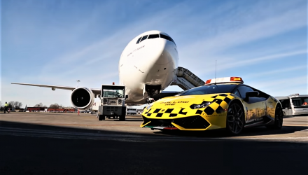 video-lamborghini-huracan-airport-emirates-boing-777