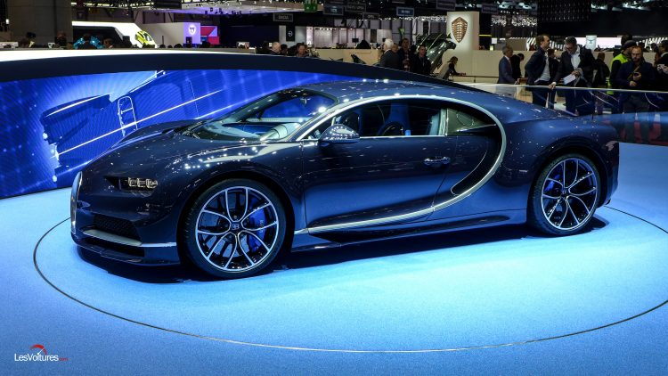 bugatti chiron en bleu royal gen ve les voitures. Black Bedroom Furniture Sets. Home Design Ideas