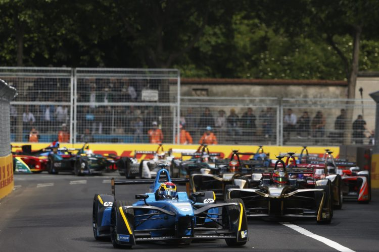 2016/2017 FIA Formula E Championship. Qatar Airways Paris ePrix, France. Saturday 20 May 2017.Sebastien Buemi (SUI), Renault e.Dams, Spark-Renault, Renault Z.E 16, leads Jean-Eric Vergne (FRA), Techeetah, Spark-Renault, Renault Z.E 16, at the start of the race. Photo: Alastair Staley/LAT/Formula E ref: Digital Image _X0W5261