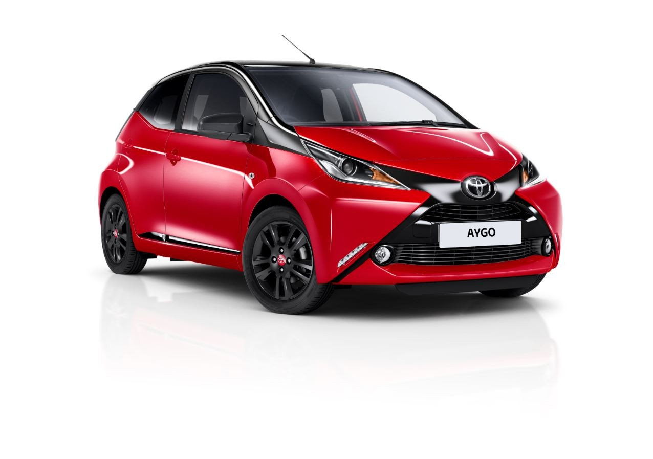 toyota aygo x cite 4 une finition bicolore et sulfureuse pour la mini citadine les voitures. Black Bedroom Furniture Sets. Home Design Ideas