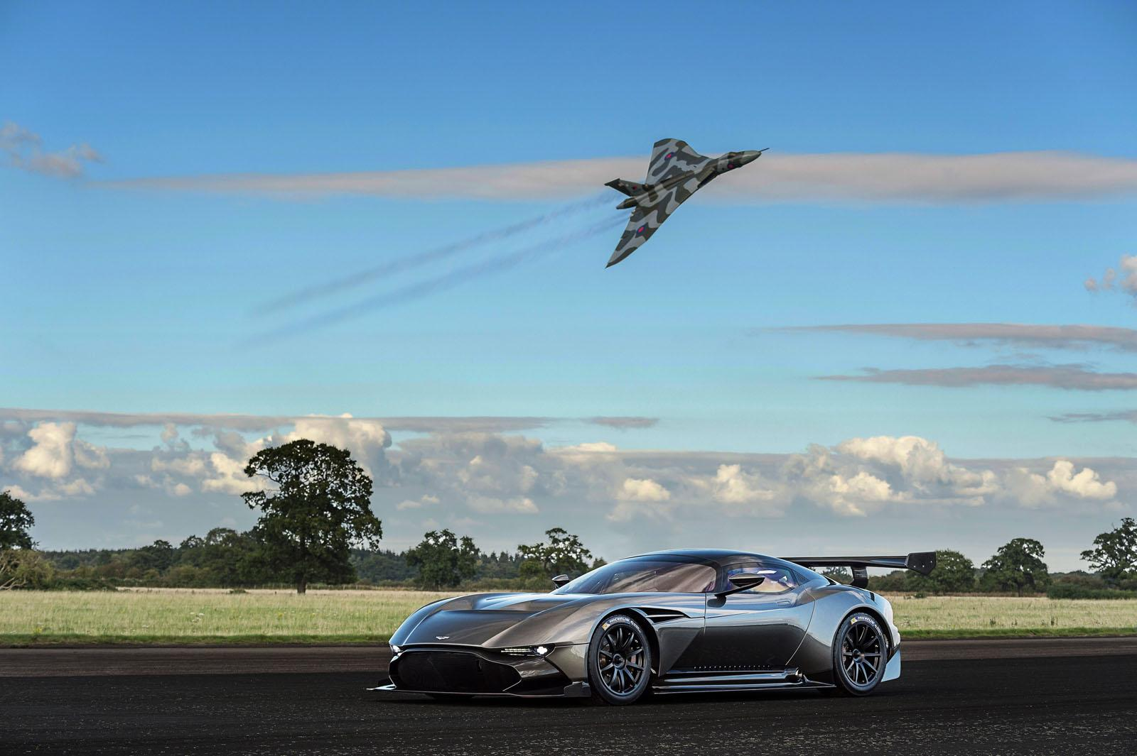 vid o quand l 39 aston martin vulcan rencontre l 39 avion avro vulcan les voitures. Black Bedroom Furniture Sets. Home Design Ideas