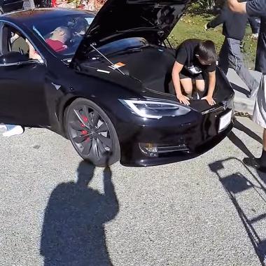 Tesla Model S P100D : 19 personnes à l'intérieur c'est possible (vidéo)
