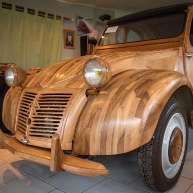 Citroën 2 CV : un ébéniste français crée un exemplaire en bois