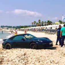 Saint-Tropez : un Allemand plante sa Porsche sur la plage