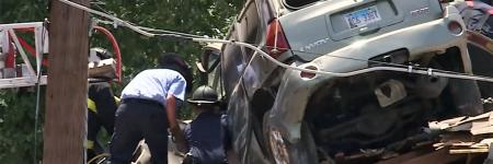 USA : un SUV se retrouve sur le toit d'une maison (vidéo)