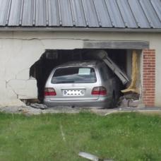 Indre-et-Loire : un automobiliste plante sa Mercedes dans une maison