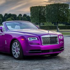 Rolls-Royce Dawn : à Pebble Beach la mode est au fuschia !