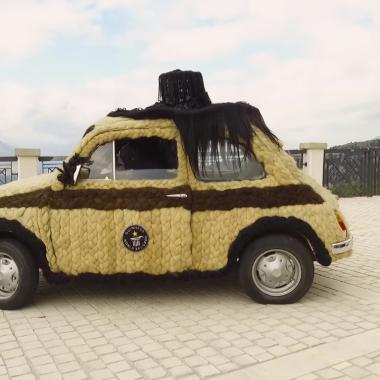 Fiat 500 : un ridicule exemplaire recouvert de cheveux (vidéo)