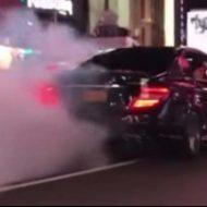 New York: un fou du volant burn et percute un policier (vidéo)