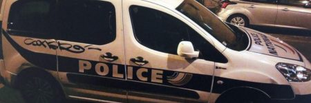 Paris : pris en flagrant délit de tag insultant sur une voiture de police