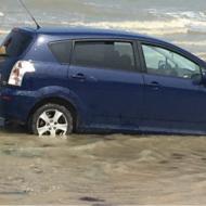 Calvados : une voiture presque emportée par la marée (vidéo)