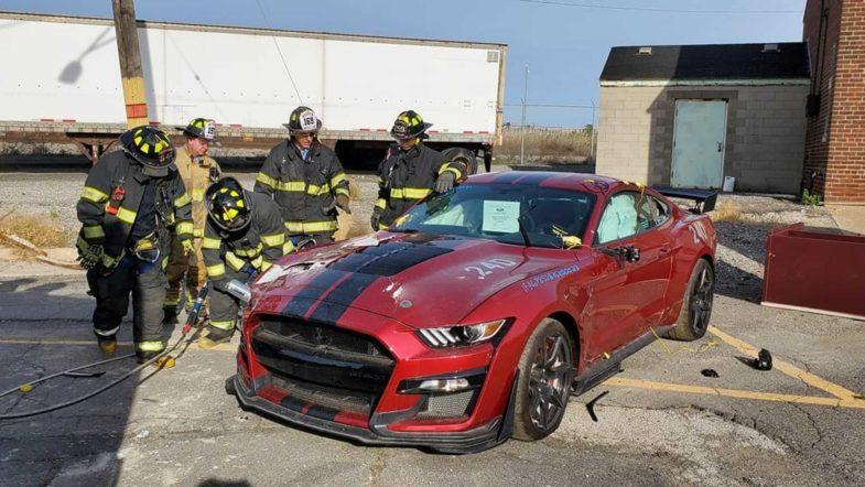 crash test : volvo lâche des voitures de 30 m de haut