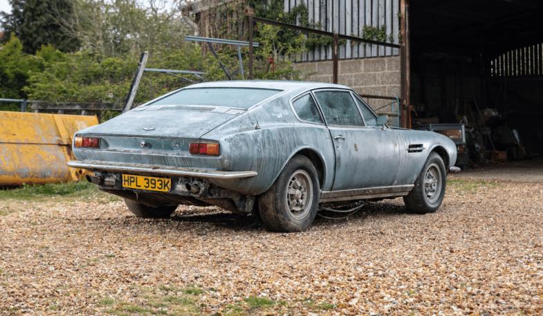 Aston Martin DBS V8 sortie de grange